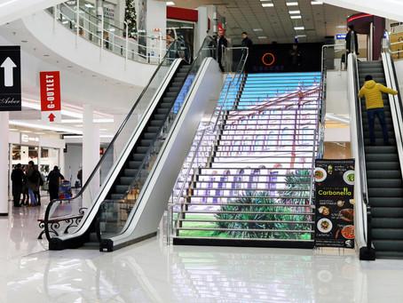 Первая в Украине светодиодная лестница в ТЦ Gorodok Gallery
