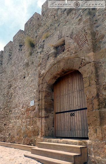 Κάστρο Λαμίας Ν.Α. πύλη 1.JPG