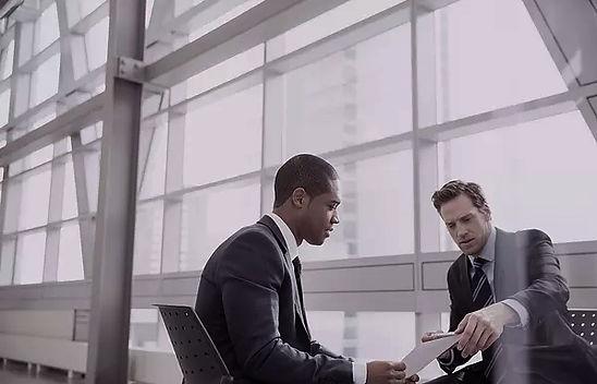 2 hommes d'affaires discutent de maintenance Experience de BPM Inc. Services de Consultation