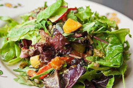 ㈱蓮のホームページトップ画像。フレッシュなホウレンソウのサラダ。