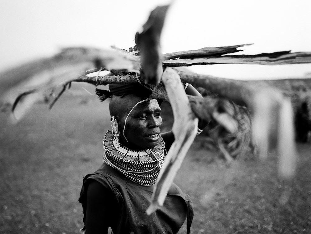 Donna Turkana con legna - 2003