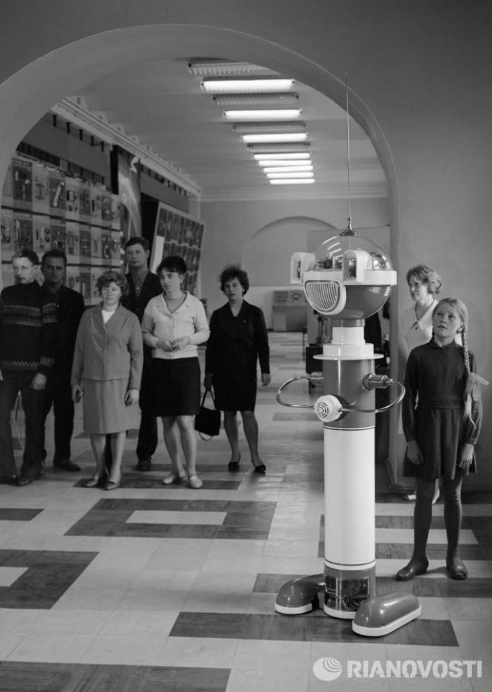Робот проводит экскурсию в Политехническом музее в Москве, 1969 год