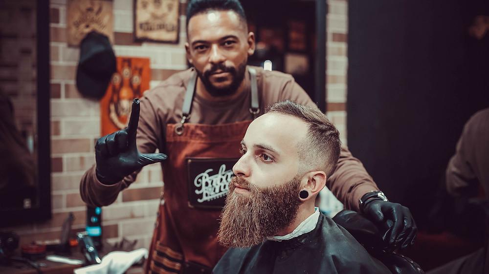 4 erro com sua barba - Não visitar a barbearia barba branca