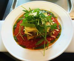 Lasagne_de_légumes,_coulis_de_tomates_fraîches,_pesto,_roquette_de_parmesan
