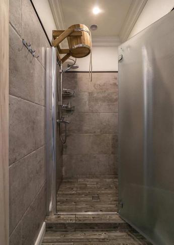 Душевая в интерьере банного комплекса