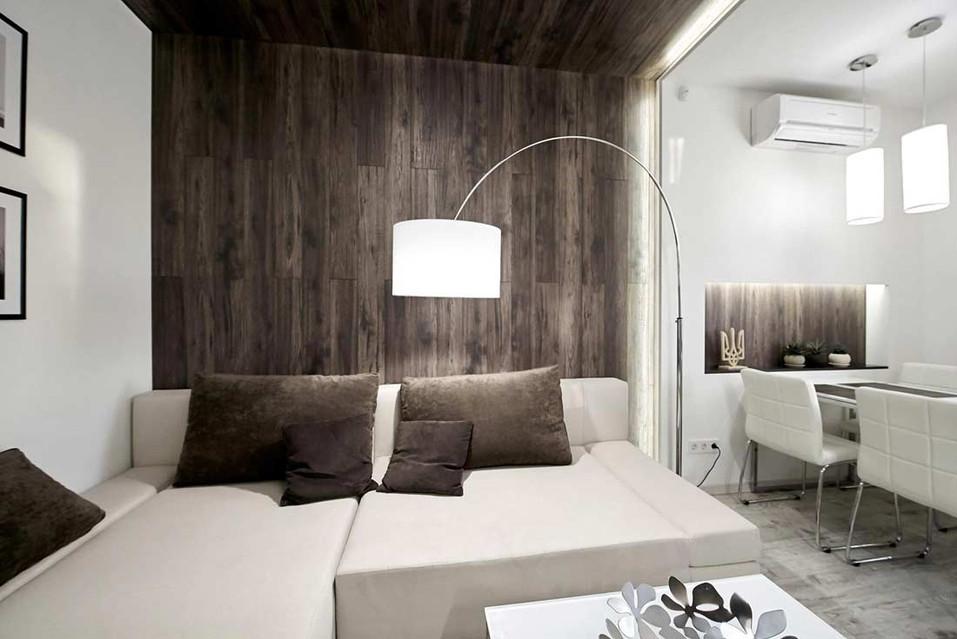 Панели под дерево в дизайне гостиной