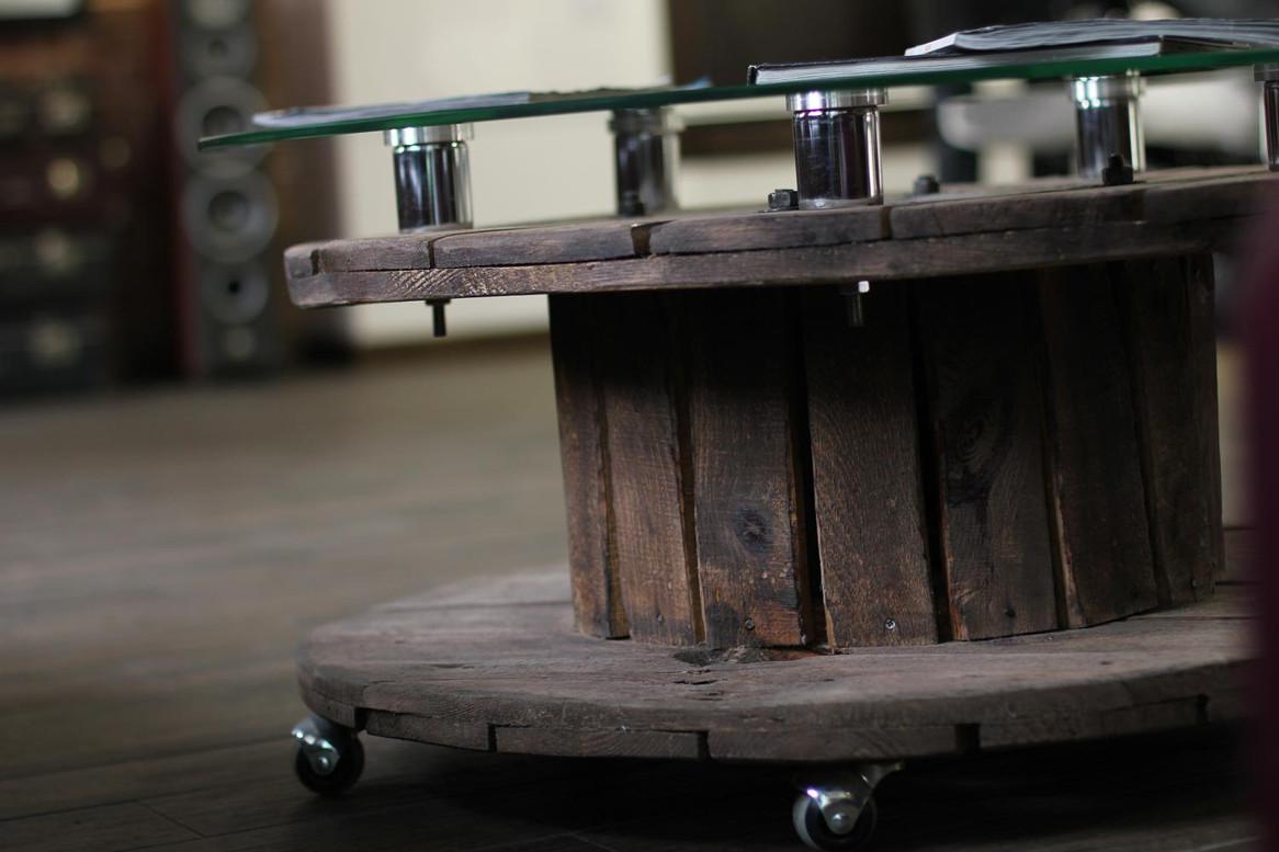 Стол из катушки в барбершопе.