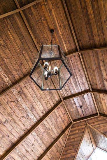 Балки на потолке в интерьере комнаты отдыха