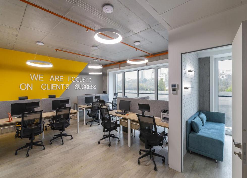 Подвесные светильники в офисном пространстве