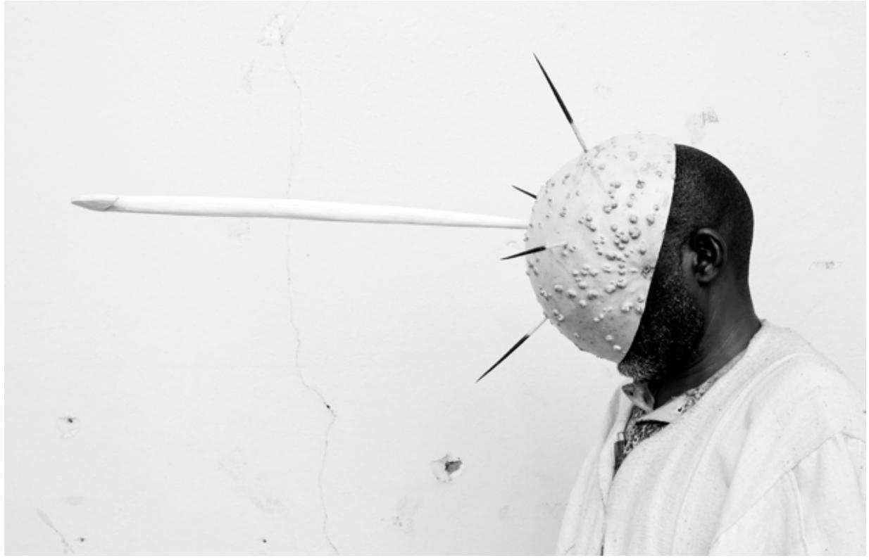 Fatoumata Diabaté, 2013, Bala na djolo, série L'homme en objet, Bamako, Mali. Impression pigmentaire sur papier Museum natural silk 300g