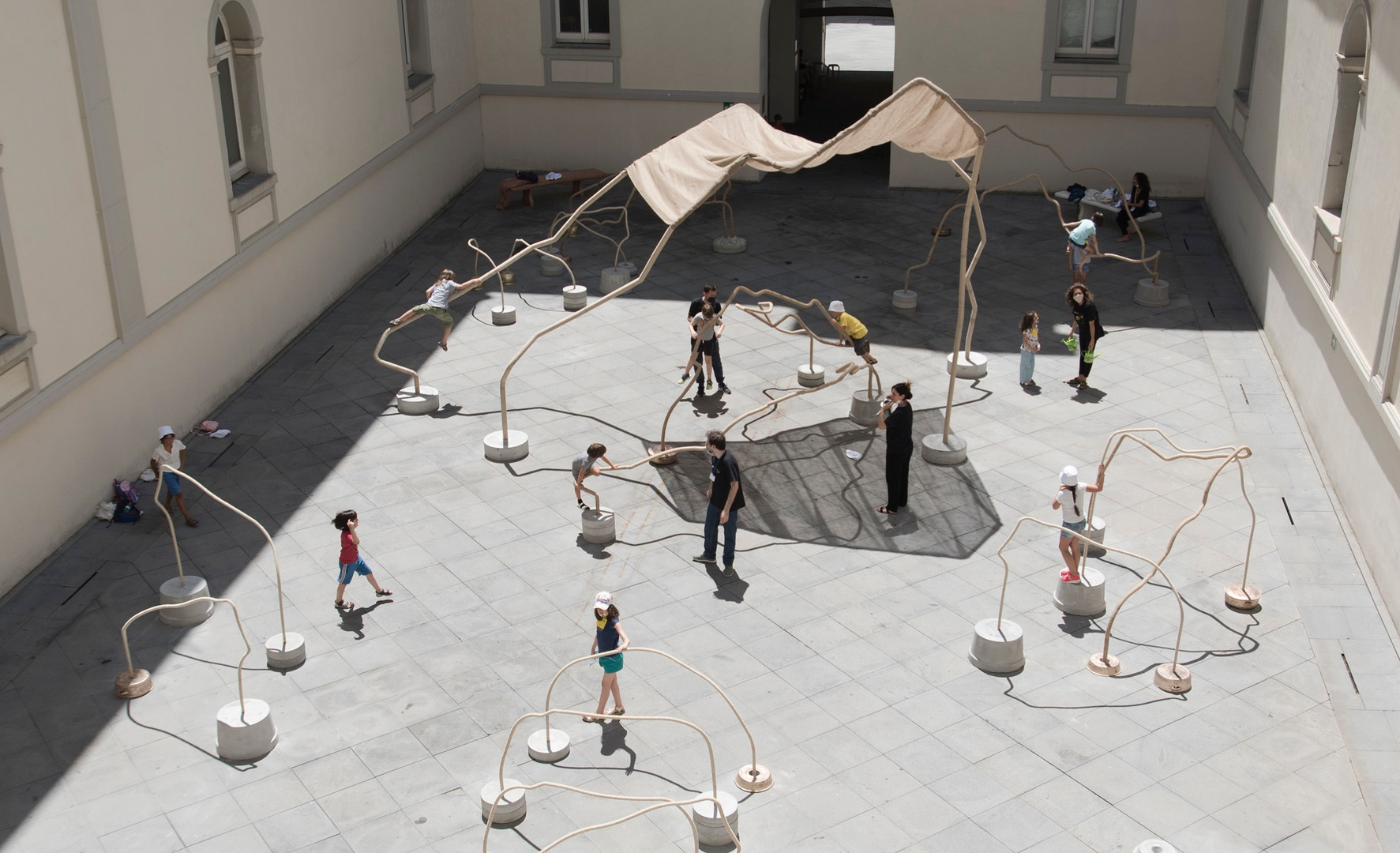 Temitayo Ogunbiyi, 2020, You will play in the everyday, running,  acier, métal, béton, dimensions variables. Museo Madre, Naples (commissariat d'exposition: Kathryn Weir)