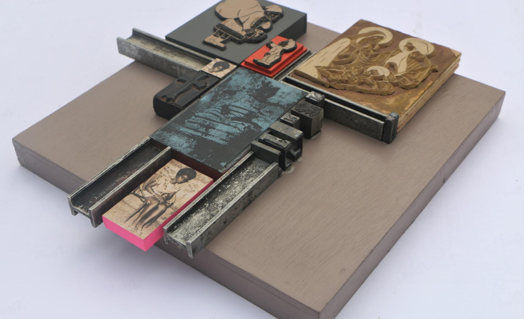 Kelani Abass, 2020, Scrap of Evidence (Iferan 2), 32 x 34 cm, technique mixte sur bois (pièces d'imprimerie métalliques, impression digitale, tampon en caoutchouc), 35 x 35 cm