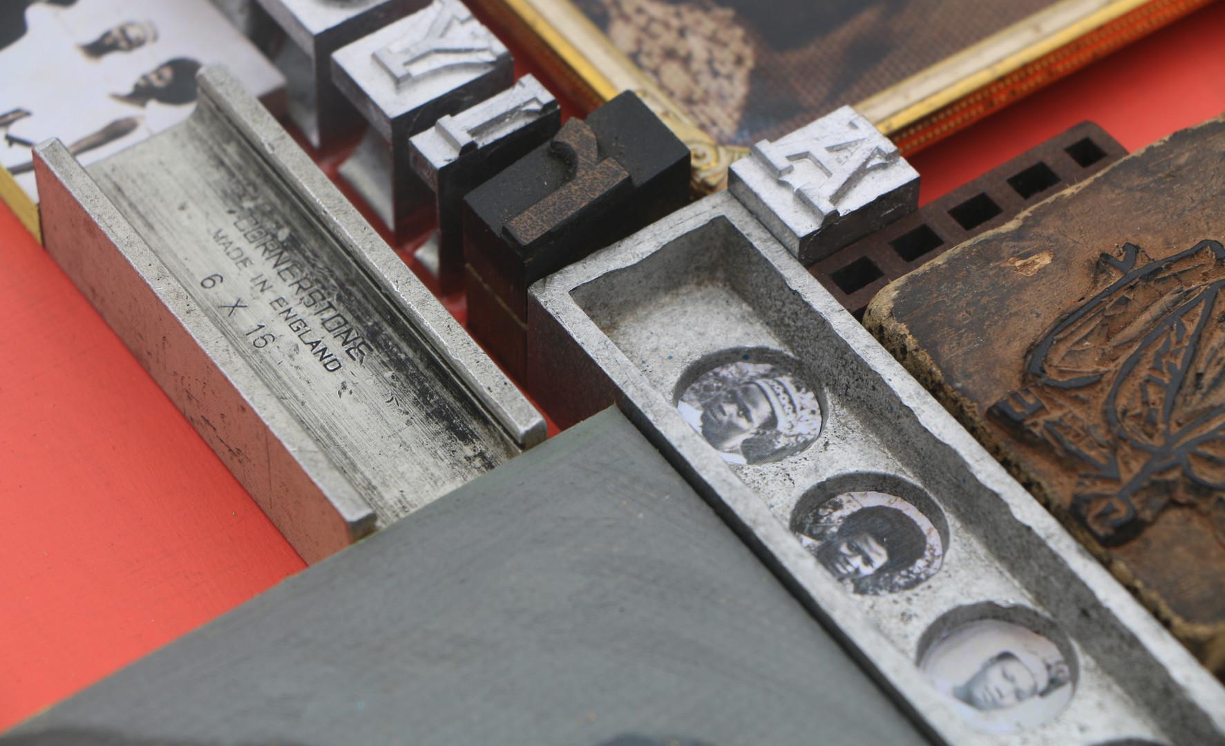 Kelani Abass, 2020, Scrap of Evidence (Ariyo), technique mixte sur bois (pièces d'imprimerie métalliques, huile sur toile, impression digitale, cadre, tampon en caoutchouc), 34 x 37 cm. Détail