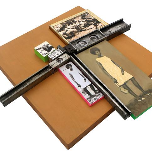 Kelani Abass, 2020, Scrap of Evidence (Akiya), technique mixte sur bois (pièces d'imprimerie métalliques, huile sur toile, impression digitale, cadre, tampon en caoutchouc), 37 x 37 cm