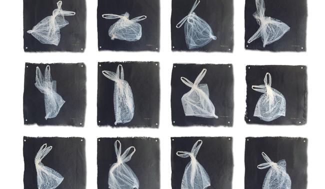 Clay Apenouvon, 2020, Danse plastique, blanc sur noir, position 1 à 12,  plastique, 50 x 45 x 2 cm par oeuvre