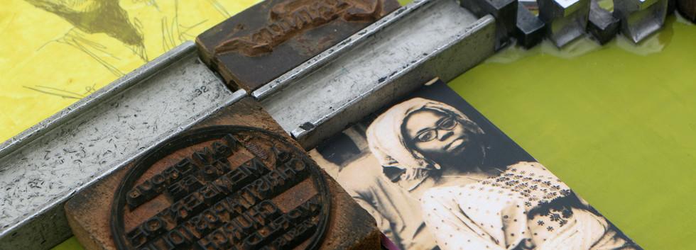 Kelani Abass, 2020, Scrap of Evidence (Igbayi), technique mixte sur bois (pièces d'imprimerie métalliques, huile sur toile, impression digitale, cadre, tampon en caoutchouc), 37 x 37 cm. Détail