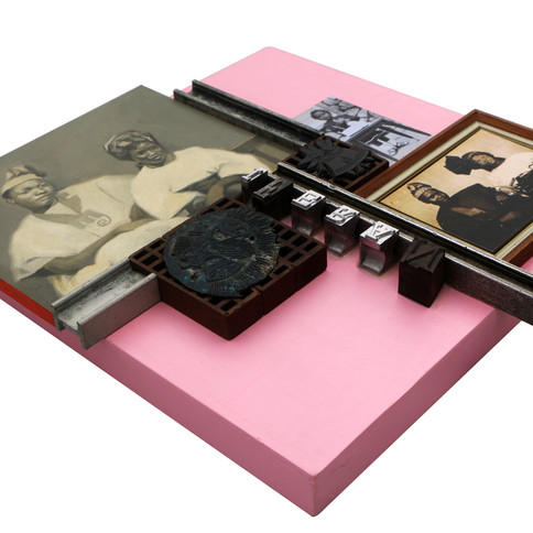 Kelani Abass, 2020, Scrap of Evidence (Iferan 4), technique mixte sur bois (pièces d'imprimerie métalliques, huile sur toile, impression digitale, cadre, tampon en caoutchouc), 34 x 37 cm