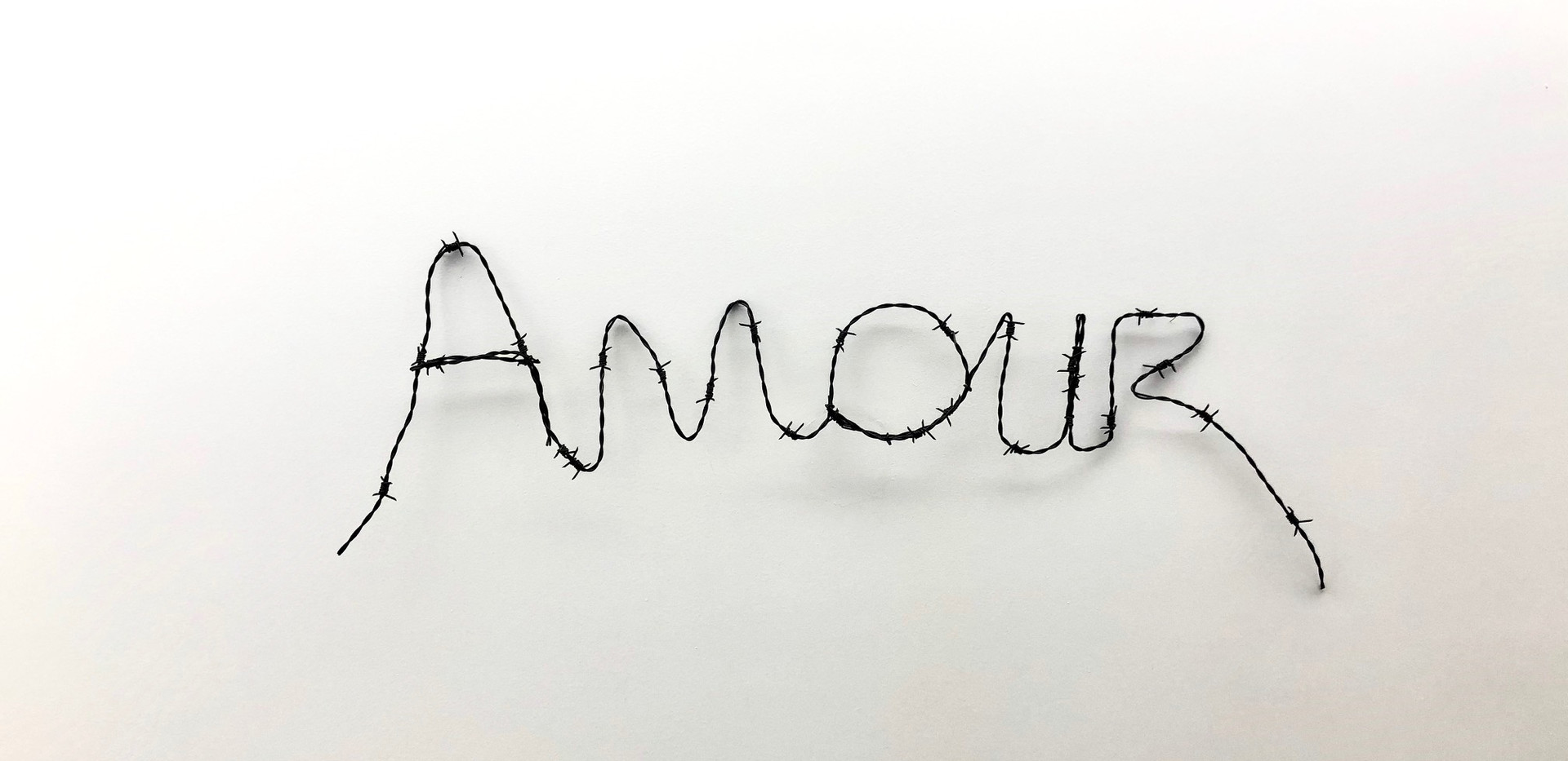 Dimitri Fagbohoun, Amour 1, 2020, fil de fer barbelé peint, 76 x 22 cm