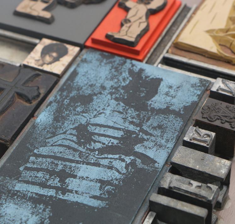 Kelani Abass, 2020, Scrap of Evidence (Iferan 2), technique mixte sur bois (pièces d'imprimerie métalliques, impression digitale, tampon en caoutchouc), 32 x 34 cm. Détail