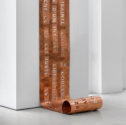 Marie-Claire Messouma Manlanbien, La contrainte,  2020, gravure sur cuivre, 200 x 33 cm