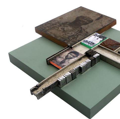 Kelani Abass, 2020, Scrap of Evidence (Madarikan), technique mixte sur bois (pièces d'imprimerie métalliques, huile sur toile, impression digitale, cadre, tampon en caoutchouc), 36 x 38 cm