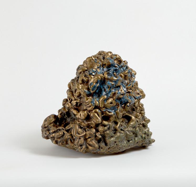 Temitayo Ogunbiyi, 2020, You will find courage when seeing in blues, email et encre résinée sur alliage métallique, 31 x 26 x 31 cm