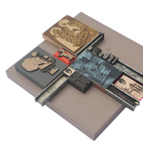 Kelani Abass, 2020, Scrap of Evidence (Iferan 2), technique mixte sur bois (pièces d'imprimerie métalliques, huile sur toile, impression digitale, cadre, tampon en caoutchouc), 32 x 34 cm