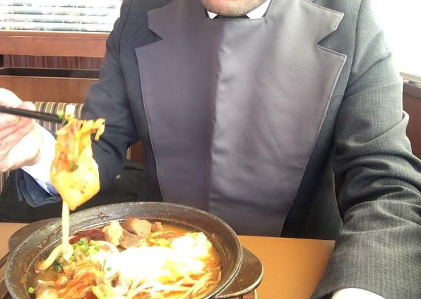 うどんをすくってみましたが、スープの中で絡んでいてうまくすくえません。液体がはねて衣服を汚してしまいそうです。