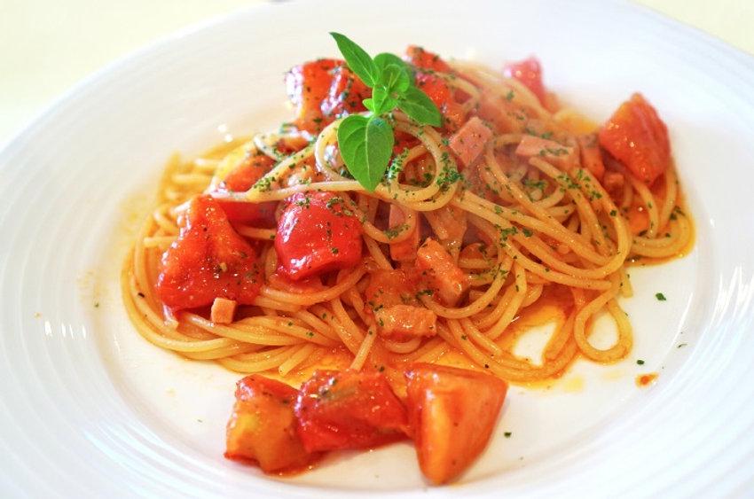 スパゲティにはおしゃれでスタイリッシュな食事用エプロン