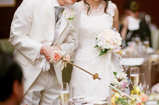 結婚式の披露宴の食事で活躍する食事用エプロン「マイビーブ」は楽しい食事時間をお届けします