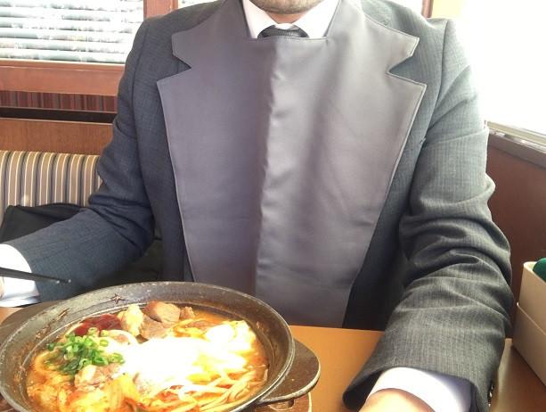食事用エプロン「マイビーブ」を着用してみました。今回はグレー色です。