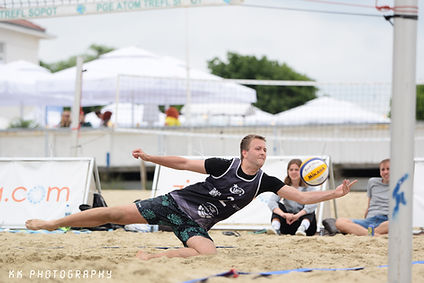 Uczestnik turnieju siatkówki plażowej w Sopocie