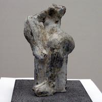 Haare ordnend · Beton · 2004 · 24 x 15 x 15 cm