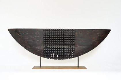 Ohne Titel (Boot) · Fassholz, geflammt und bemalt · 2011 · H 39 | B 129 | T 6 [cm] (Maße ohne Plinthe)