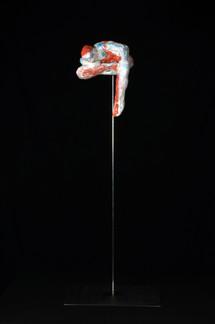 """Auf dem Trapez: """"Was ist da unten los?"""" · Gips · 2017 · 20 x 16 x 16 cm"""