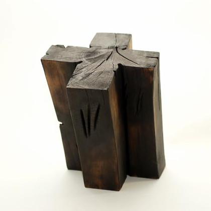 Kreuz III · Walnuss, geflammt · 2012 · H 35 | B 27 | T 29 [cm]