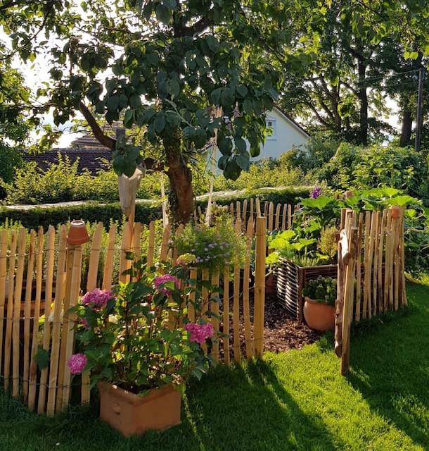 Hortensie vor kleinem Bauerngarten
