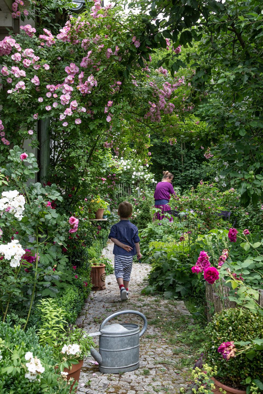 Frau und Junge im Rosengarten