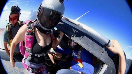 Z czego spadochroniarz może skoczyć?