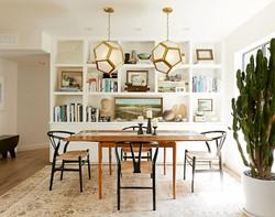 3-mesa-comedor-madera-y-sillas-comedor-estilo-wishbone-madera-alfombra-loloi