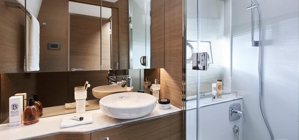 f45-interior-owners-bathroom-rovere-oak-
