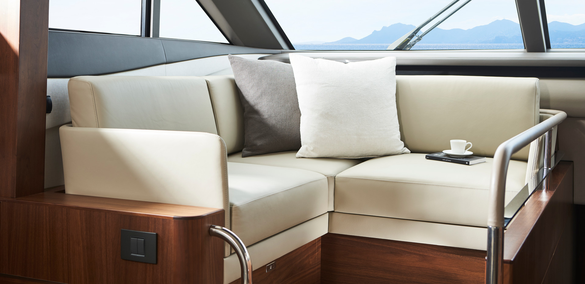y78-interior-helm-companion-seating-waln