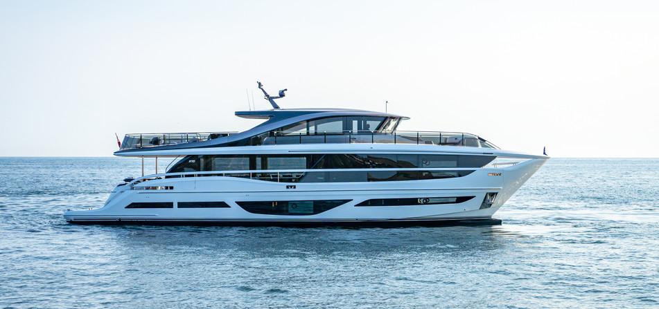 x95-exterior-white-hull-21.jpg