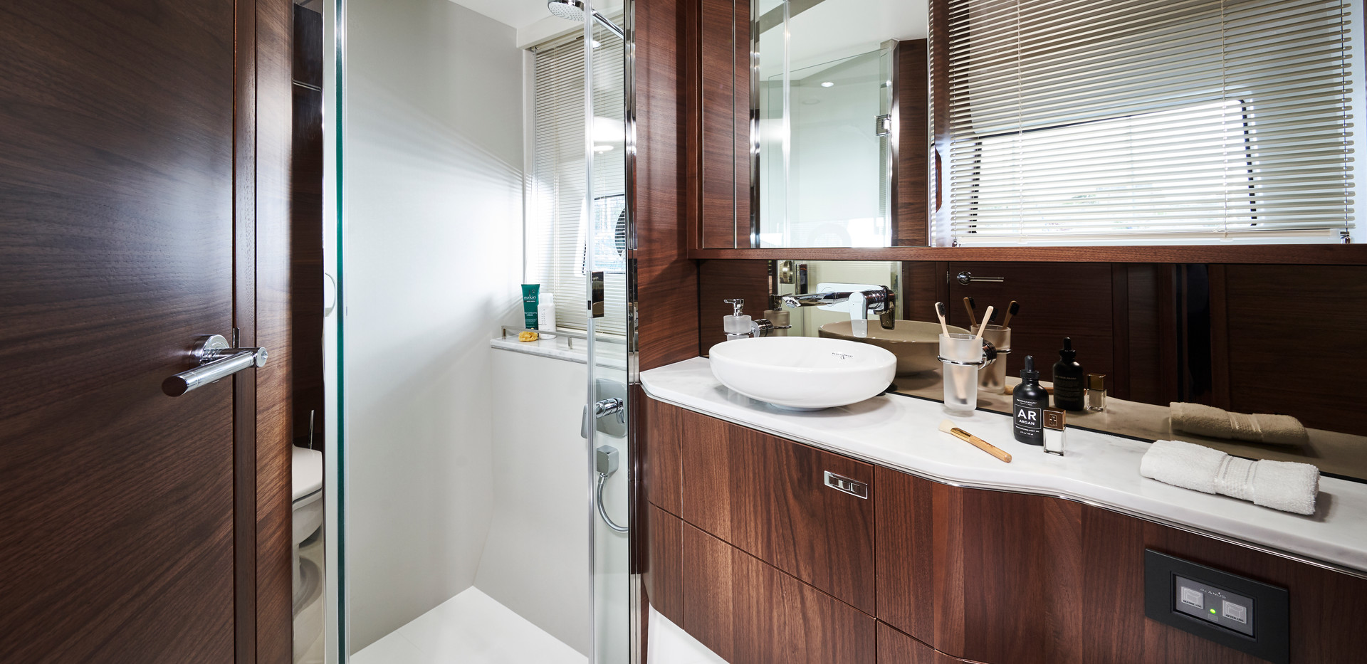 s62-interior-forward-cabin-bathroom-waln