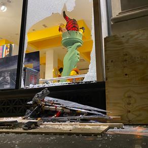 Plünderer zerschmetterten Fenster - Die Regale im Flatiron District LEGO Store in New York sind leer
