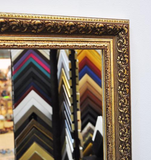 Зеркало в багете крупным планом