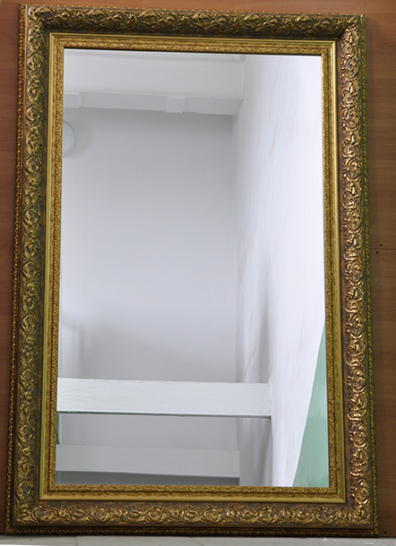 Зеркало в широкой раме
