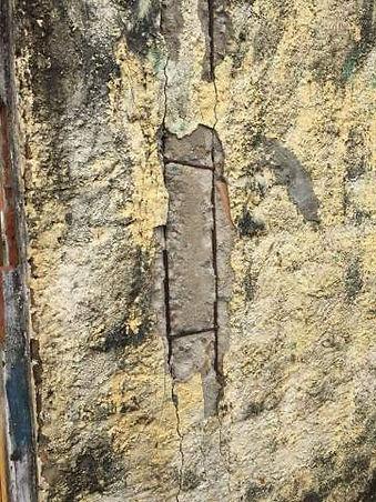 Armaduras insuficientes, presença de fissuras e ausência de recobrimento.