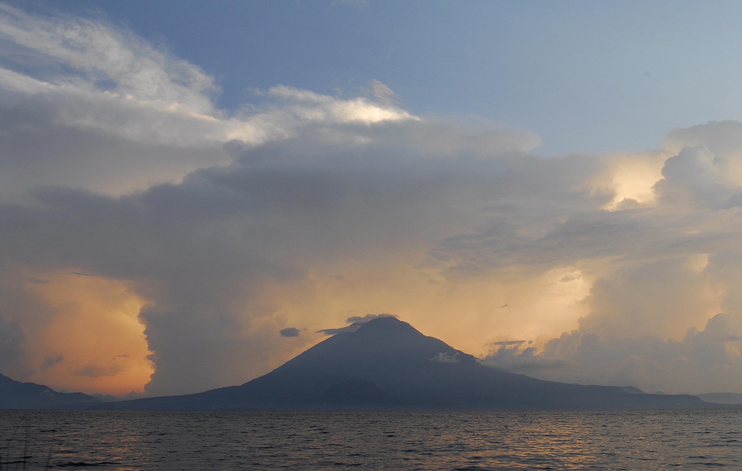 Lago y volcán Atitlán