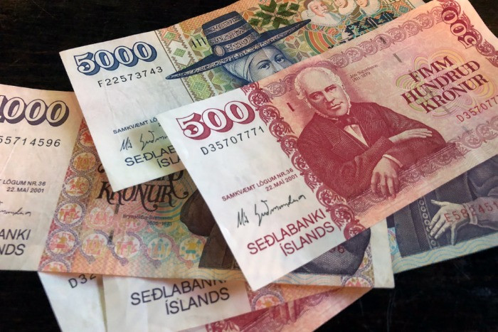 Notes in Icelandic currency with the image of important for Icelandic history characters